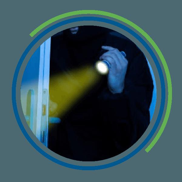 Un individuo vestito di nero effettua un'intrusione con una lampadina