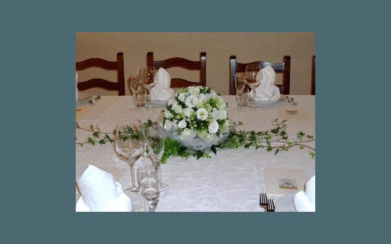 centrotavola di fiori bianchi e tulle