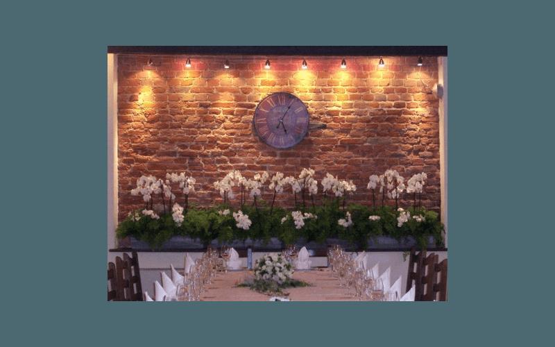 composizione di orchidee per ristorante