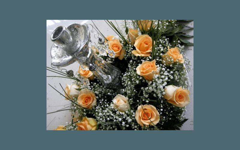 rose arancioni con candelabro