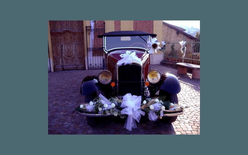 composizioni floreali allestite su auto d'epoca
