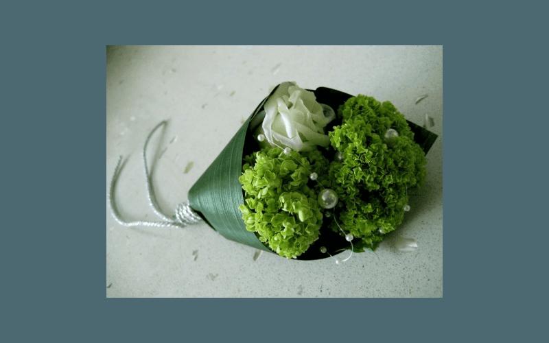 decorazione con due ortensie ed una rosa