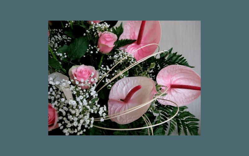 composizione con rose e calle