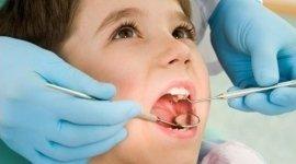 Bambino durante una visita dentistica