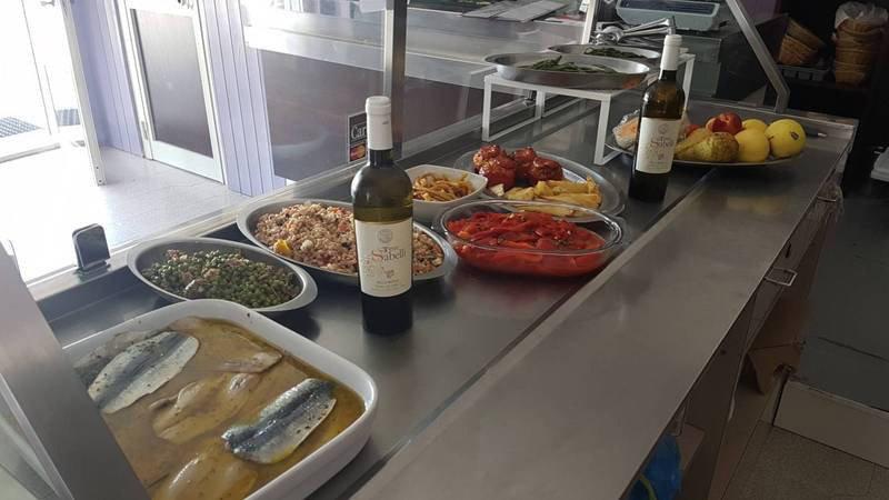Buffet con due bottiglie di vino