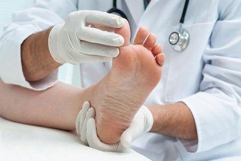 visita medica al piede di una paziente