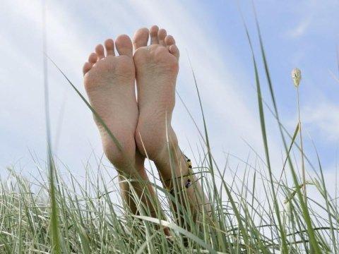 piedi all`aria in un campo di grano