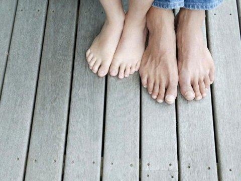 due piedi di un bambino e due piedi di un adulto