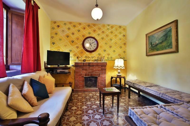 un salotto con un divano è un camino