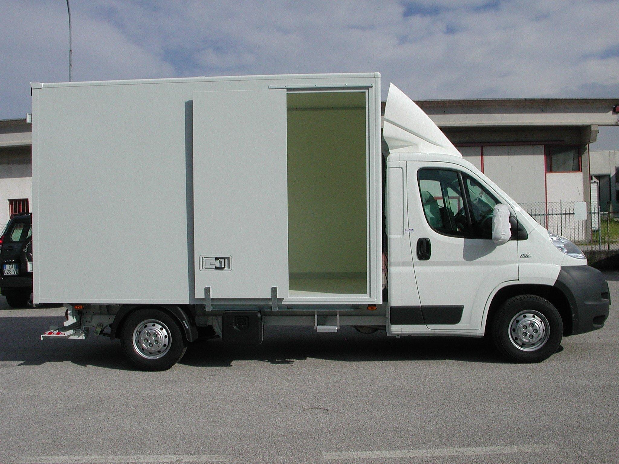 furgone bianco con anta laterale scorrevole