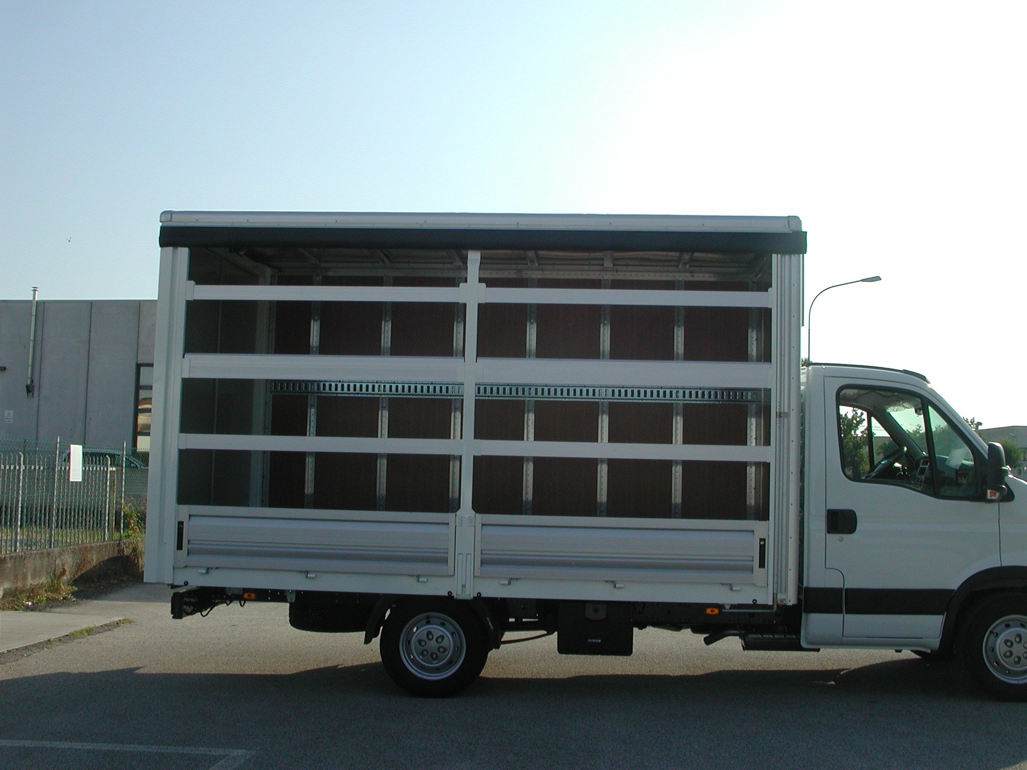 furgone speciale con anta laterale a scomparsa