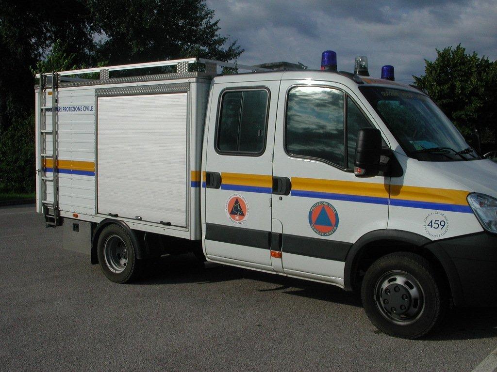 furgone per Protezione civile visto di lato