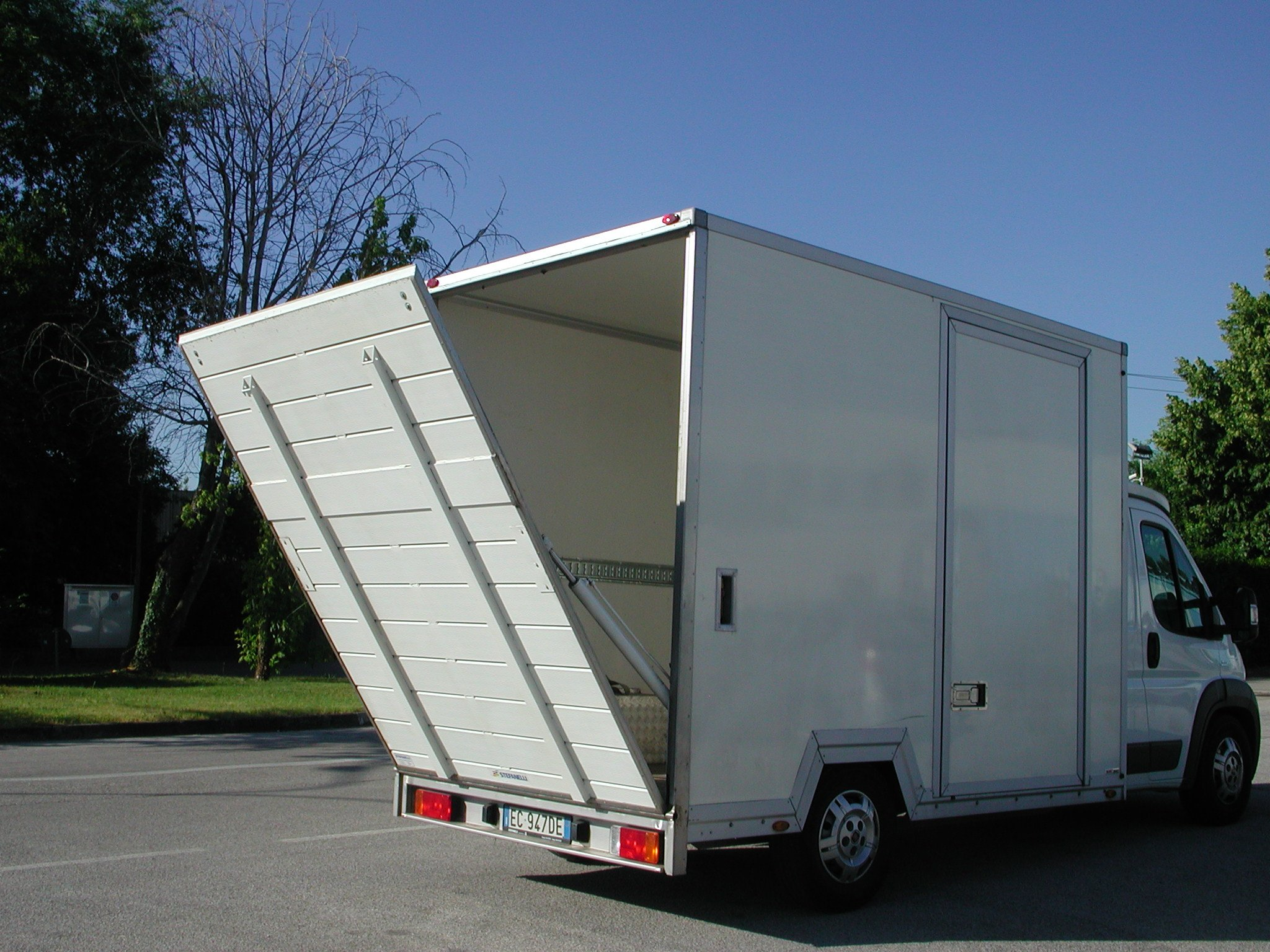 furgone con rampa semiaperta