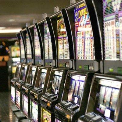 fila di slot machine all'interno di casinò