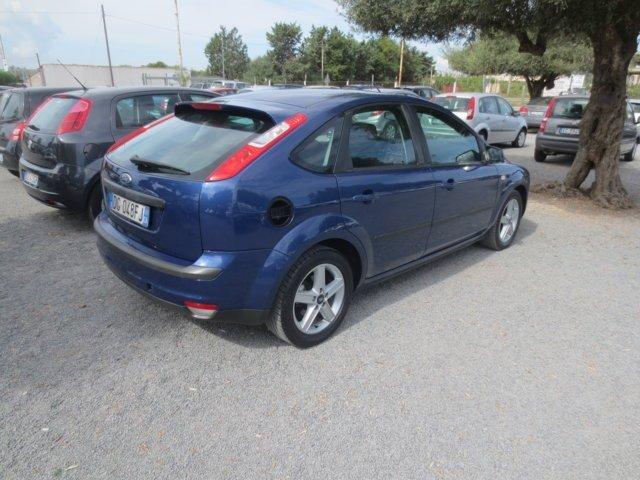 Ford Focus blu usata parcheggiata