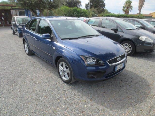 Ford Focus blu usata parcheggiata con altre auto