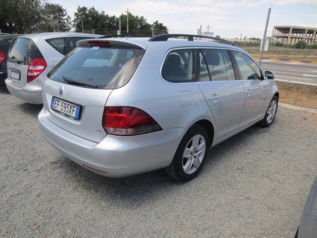 vista posteriore auto Golf color argento