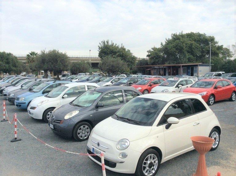 parcheggio con auto usate