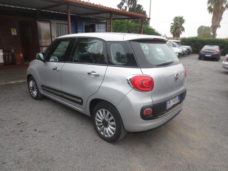 Fiat 500L Grigia parcheggiata
