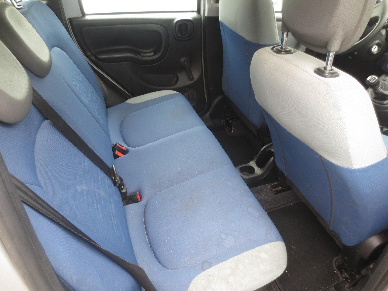 sedili grigi e blu di una Fiat Panda