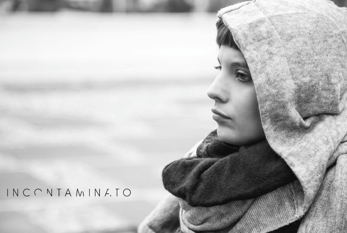 una ragazza col cappuccio in una foto in bianco e nero