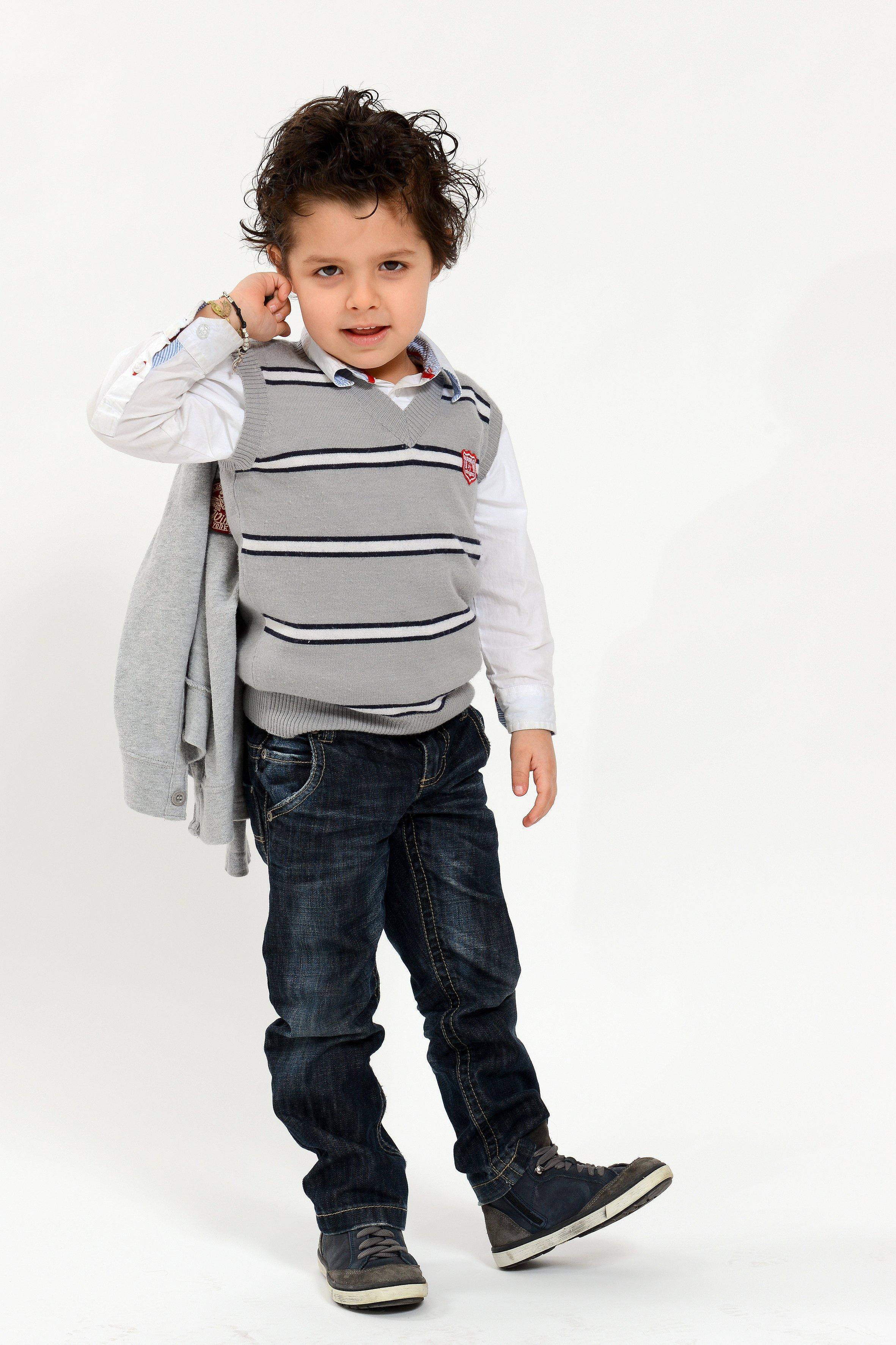 un bambino con un paio di jeans
