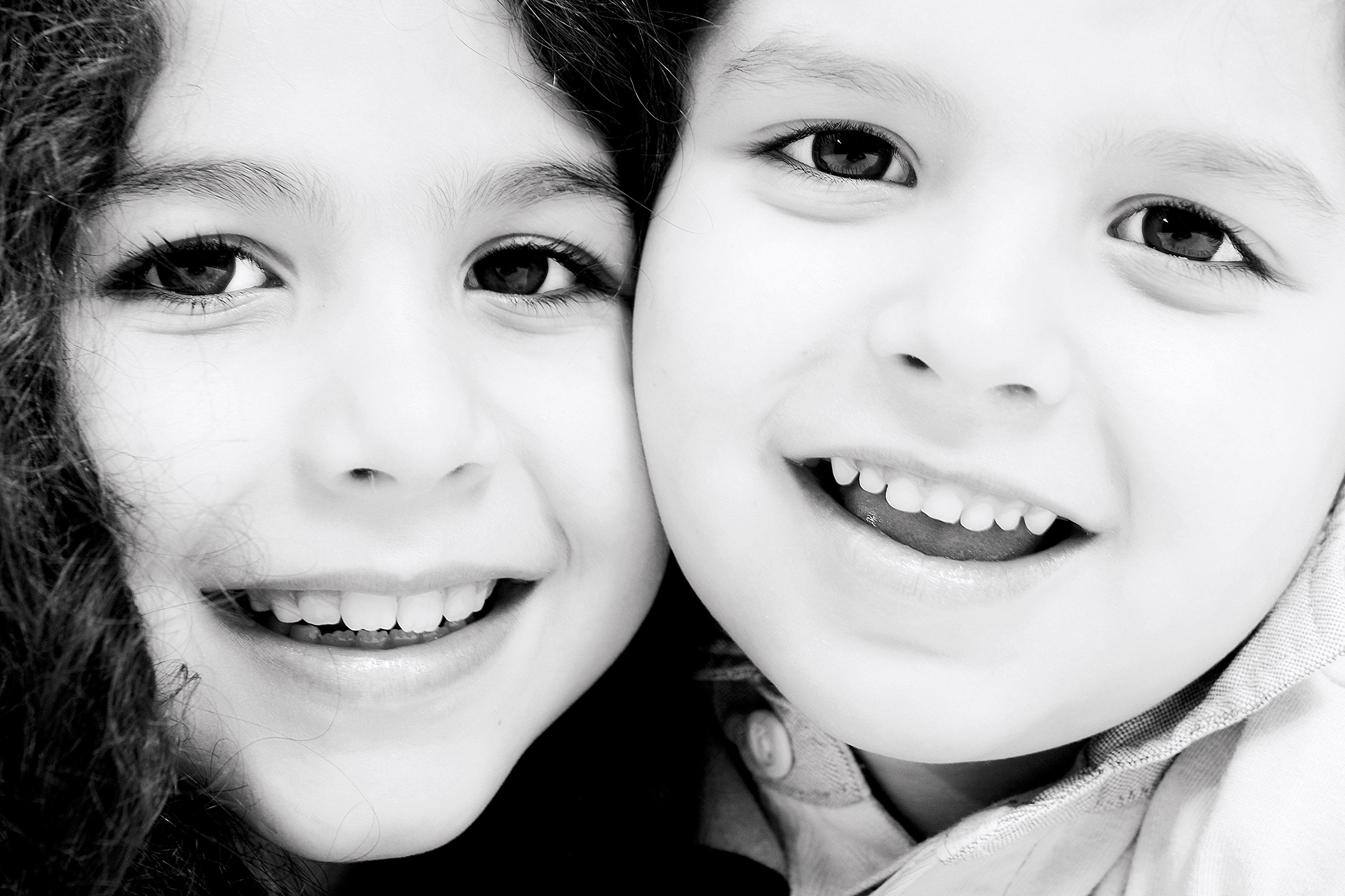 un'immagine di un bambino e una bambina sorridenti