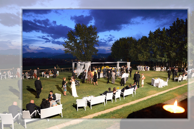 una cerimonia all'aperto durante la sera