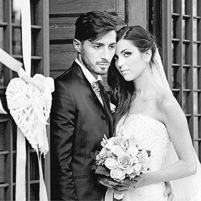 un'immagine in bianco e nero di due sposi