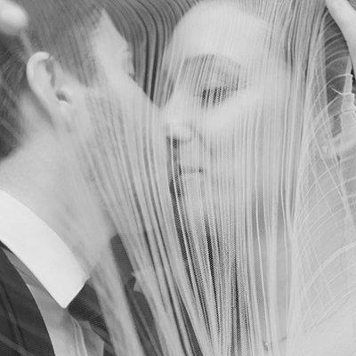 due sposi mentre si baciano
