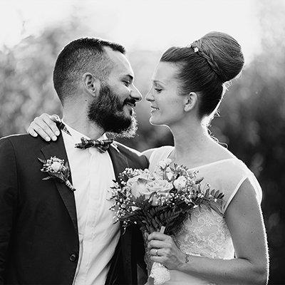 due sposi con un bouquet di fiori in mano