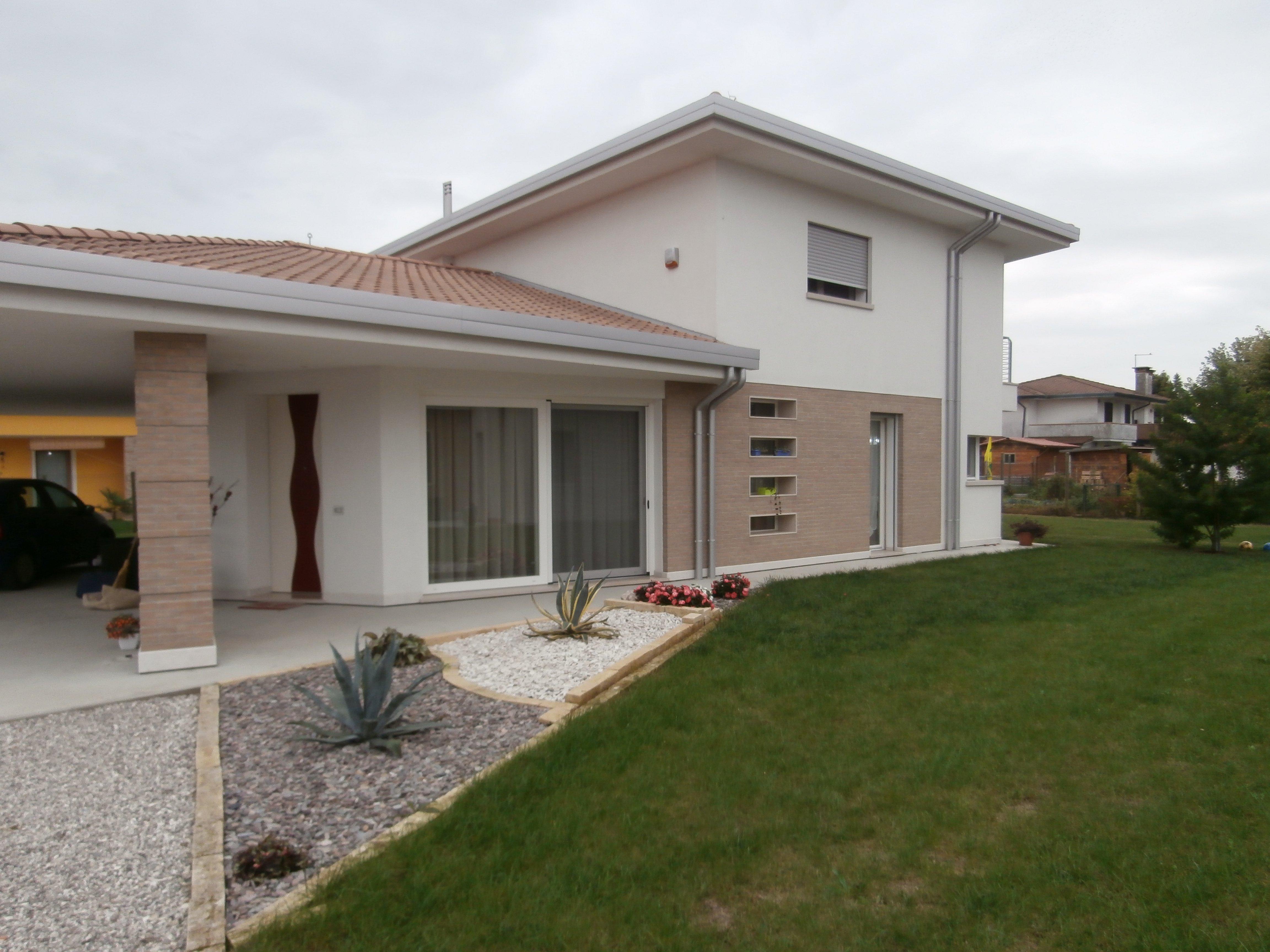 Vista casa con infissi in PVC a Campagna Lupia