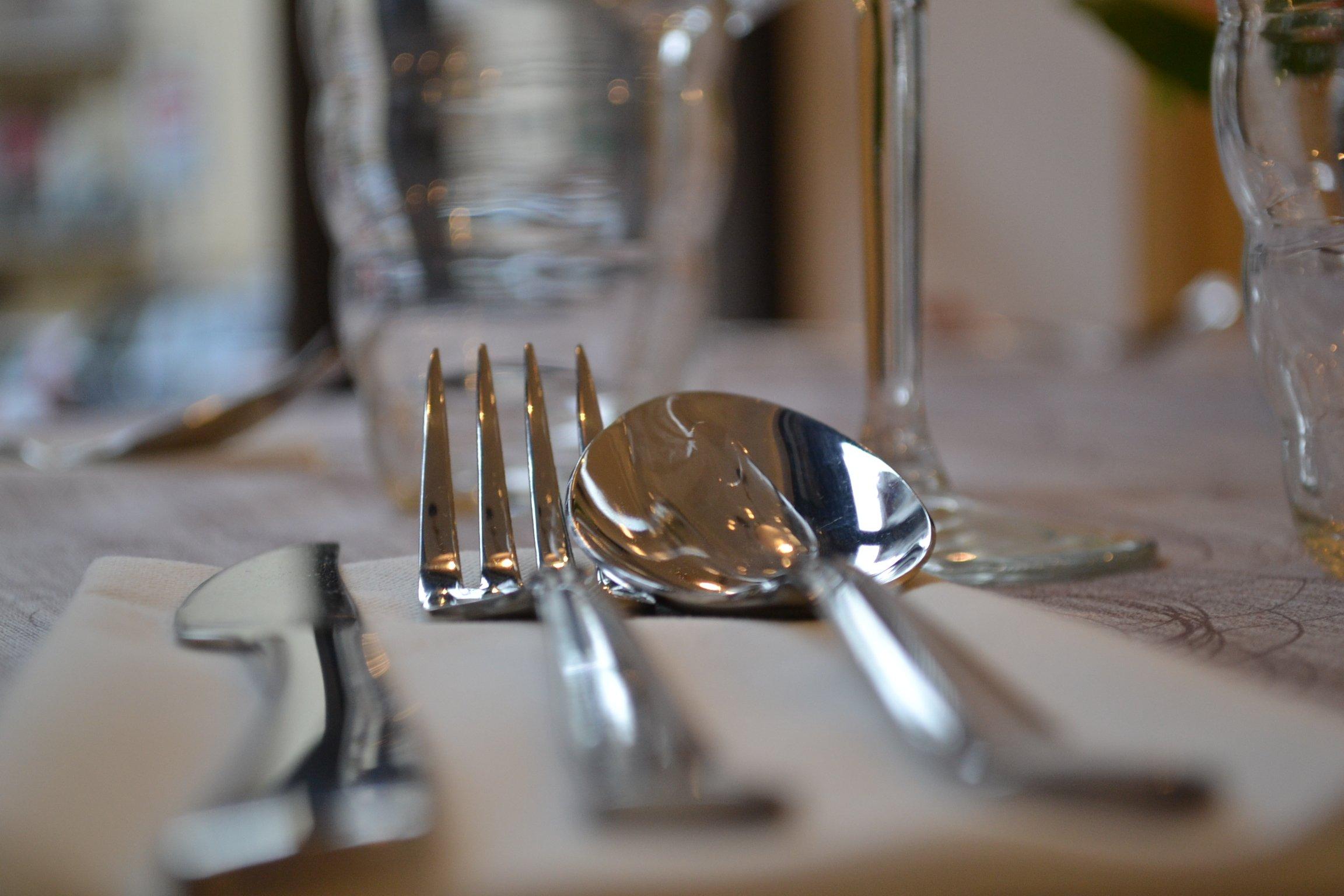 dettaglio di cucchiaio e forchetta