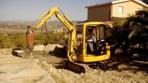 escavatrici moderne, spianamento sabbia, spianamento terra