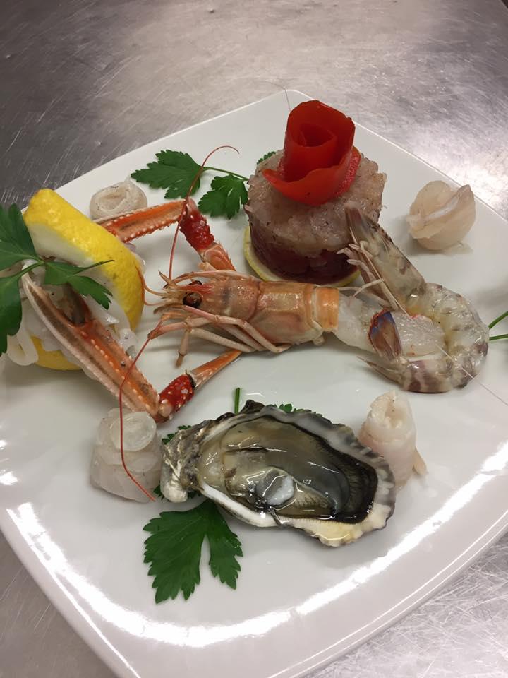 Aperitivo a base di scampo, gamberello,ostrica,carpaccio di pesce e un tocco di pomodoro e limon