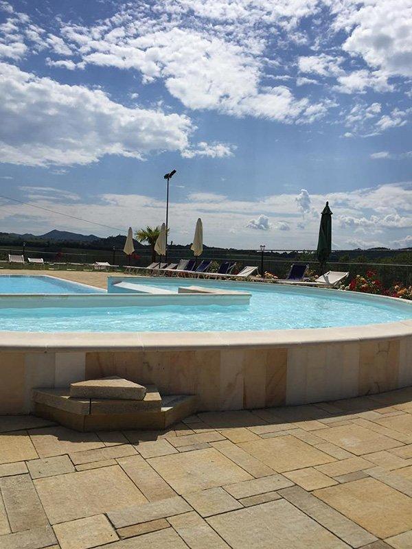 Vista della piscina di Tenuta il Fienile a Momperone
