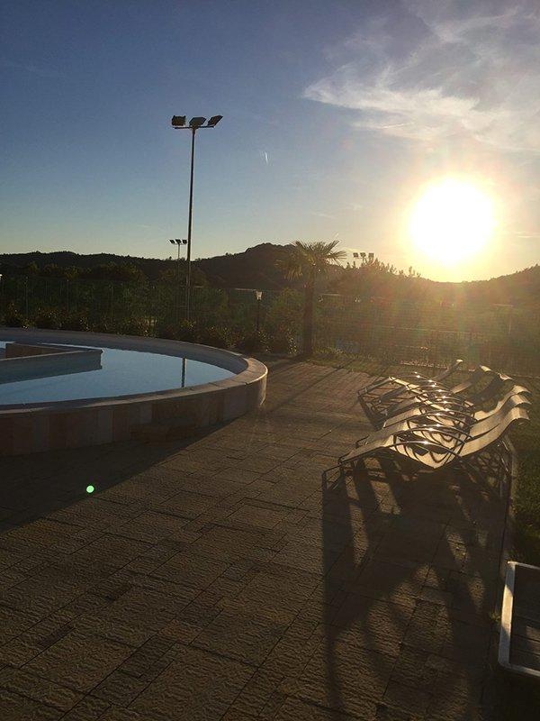 Vista della piscina al tramonto a Momperone