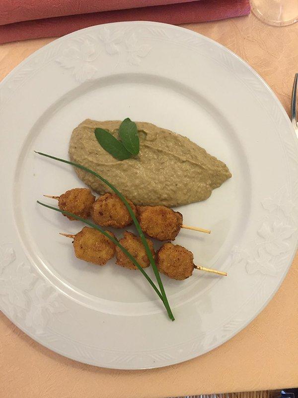 Salsiccia croccante con purè di lenticchie a Momperone