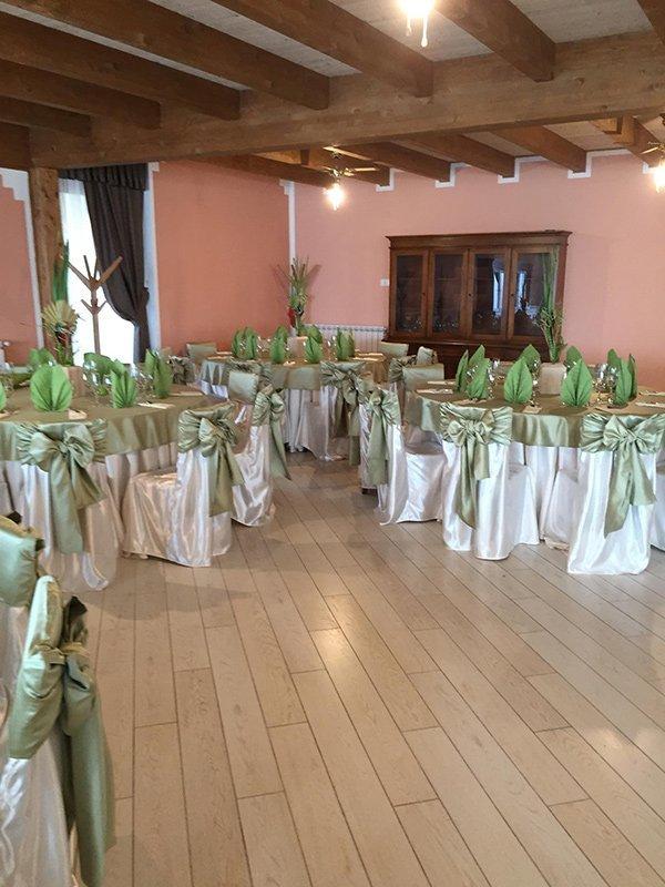 Vista dei tavoli alla Tenuta il Fienile a Momperone