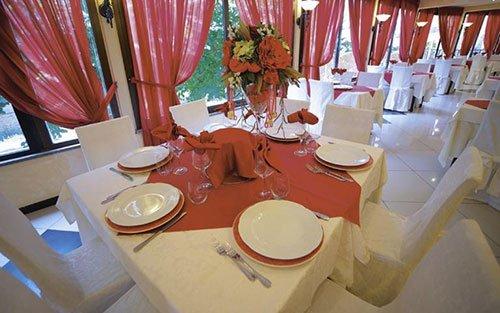 i tavoli all'interno del ristorante e vista di un camino