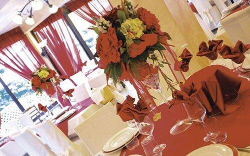 i tavoli all'interno del ristorante