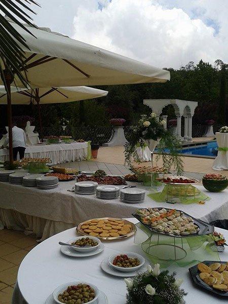 un buffet con dei vassoi di antipasti