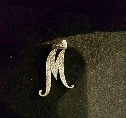 un gioiello a forma di M
