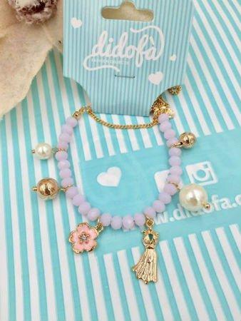 una collana di perle azzurre