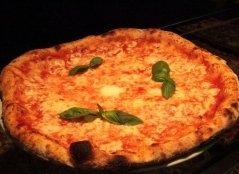 pizza margherita con basilico