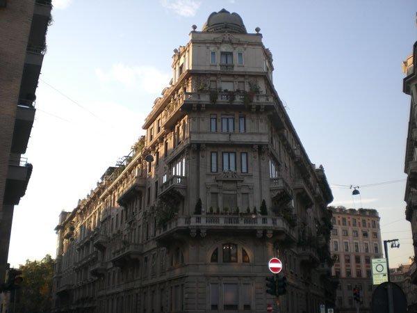 vista di un edificio su sfondo cielo