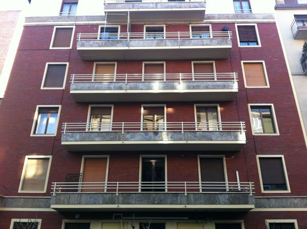 vista esterna di un edificio con balconi e finestre in vetro
