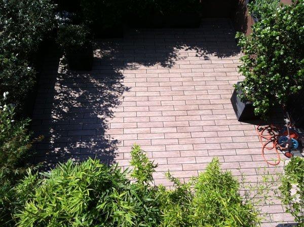 giardino con pavimento in pietra