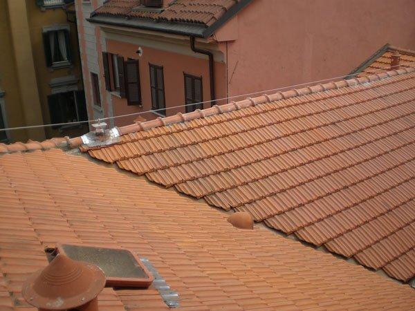 tetto di una casa con lucernario