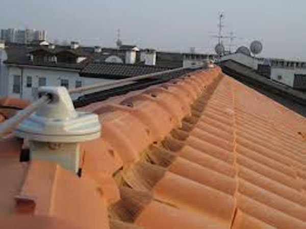 tetto di una casa con antenne televisione